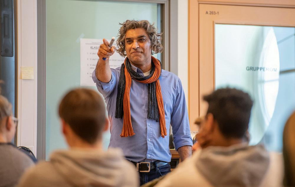Forfatter Romeo Gill på skolebesøk i Nordreisa i Troms med produksjonen «Drømmepasning».