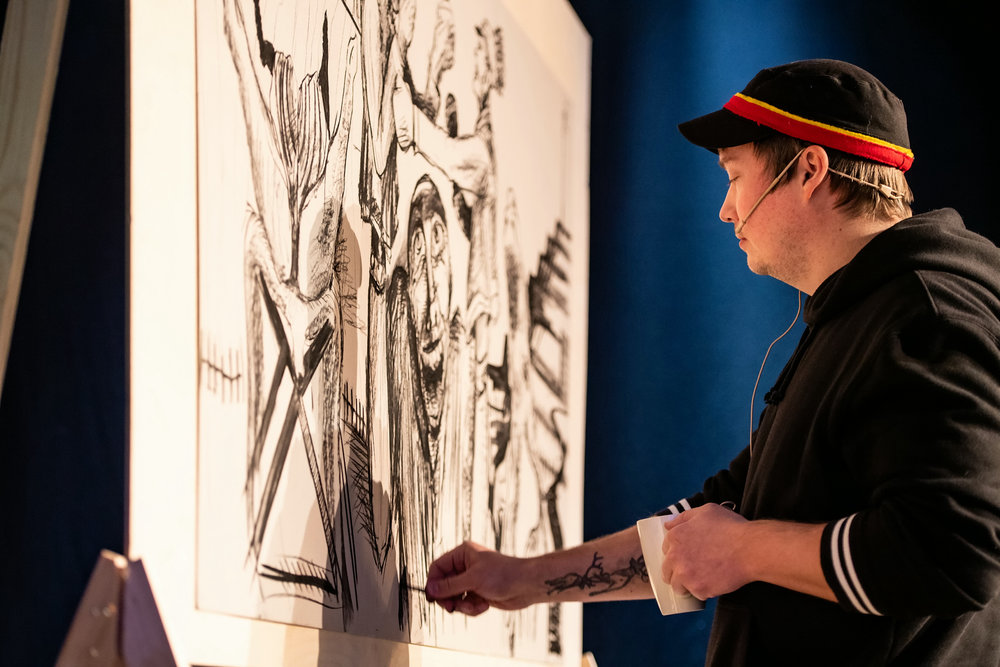 Kunstner Anders Sunna ferdigstiller eget kunstverk på innspillsseminar om kulturarv i DKS hos Kulturtanken.