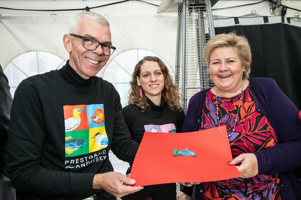 Statsminister Erna Solberg på DKS-workshopen «Verken fugl eller fisk» hvor hun fikk lage sitt eget kunstverk av plast fra havet.
