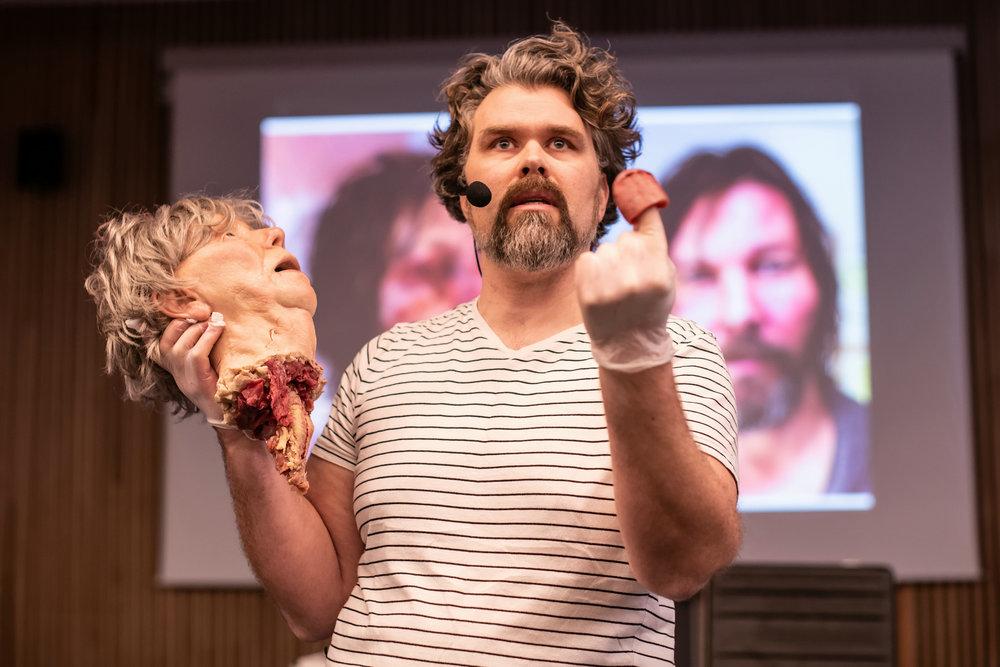 Effektmaker Steinar Kaarstein avmystifiserer horrorscener, og avslører triksene bak et avrevet hode.