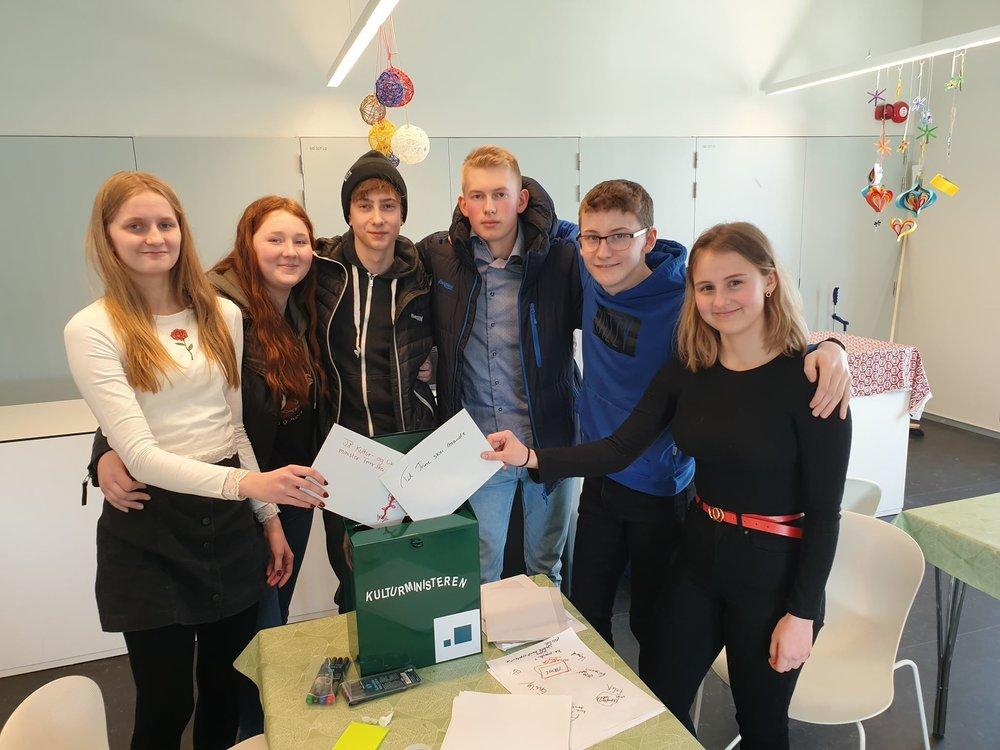Elever fra 10. trinn på Vestmyra skole i Fauske fikke overlevere sine medlinger til kulturministeren