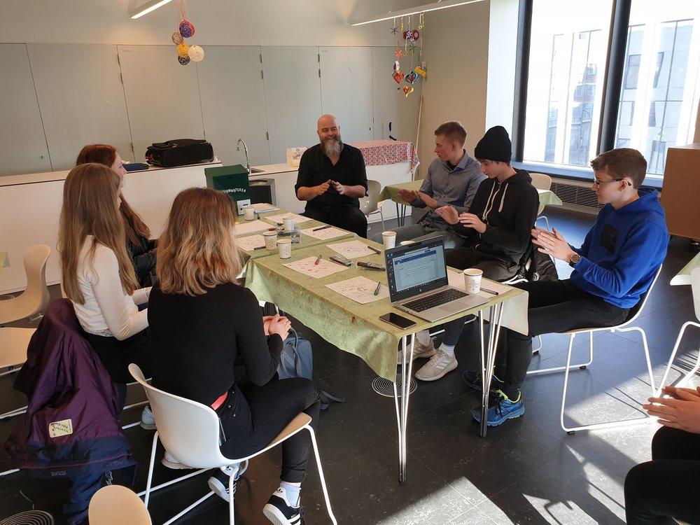 Matias Hilmar Iversen fra Kulturtsanken leder samtalene med ungdommmene fra Vestmyra skole