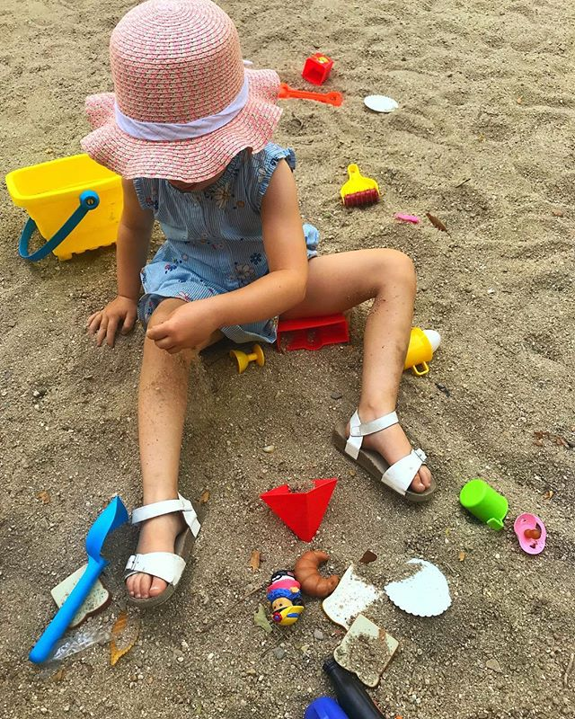 Here most parks have sand and just like everyone else O+A now have a sand castle play set. All kids share and at the end of the day some pieces get lost or unknowingly traded but I haven't seen one kid cry yet... Not even mine...We are starting to blend in!! #madridwithkids