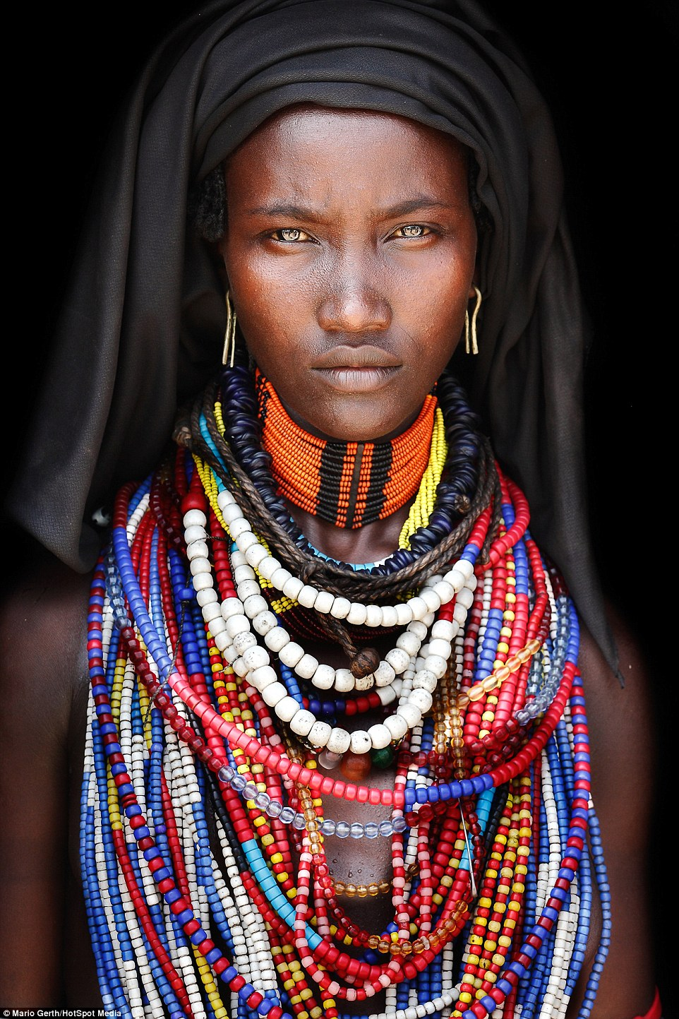 2E7D782D00000578-3320209-Women_from_the_Arbore_tribe_cover_their_heads_with_black_cloths_-a-19_1447672481694.jpg