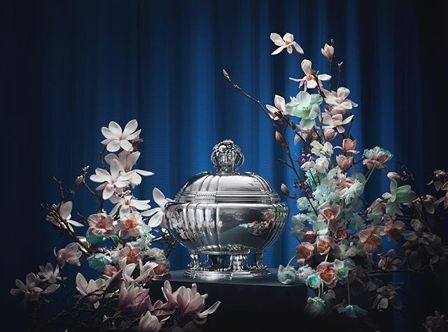 Art Nouveau – La Belle Époque – is characterized by an intense aspiration to beauty. A desire to create artistic design based on magnificent craftsmanship while being very much inspired by the shapes of nature and wildlife. This is where Georg Jensen found his inspiration and where he felt at home. Floral Design & Art Direction by Poppykalas. Photographer @rasmusdengsoe_studio