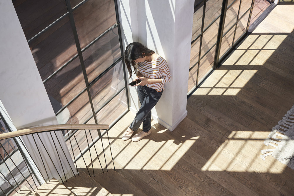 04_GGL_HERO_Lifestyle_MM_GRC_18083_04_MM_C1_White_Sand_Case_Stairs_0030_v4_QC_600.jpg