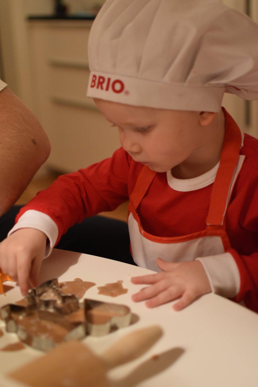 Fullt fokus på den sponsrade lille bagaren i sit Weinacht beckerei :)