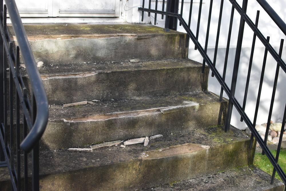 En annan trappa, också i behov av kärlek. Kanske får den försvinna helt och ersättas av en terass av något slag framöver...vem vet!? :)