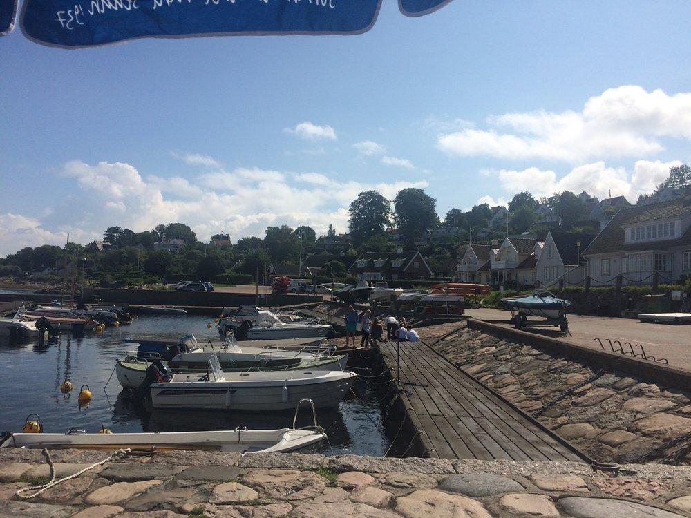 Fika-utsikt i Arilds hamn