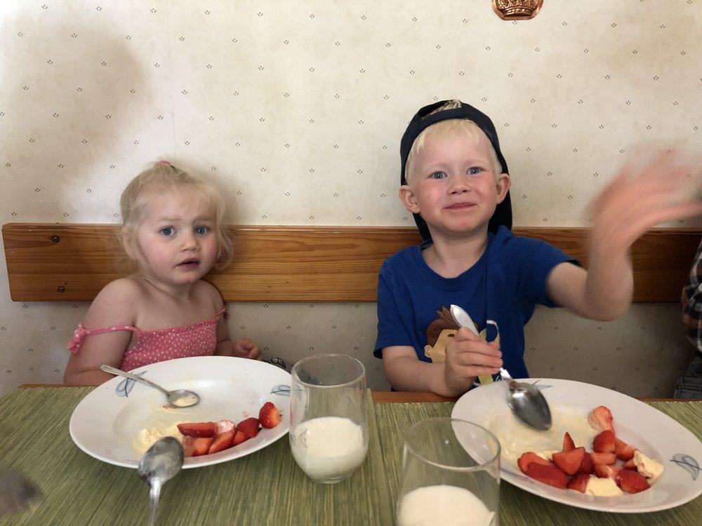 Hos gammelfarmor och gammelfarfar på eftermiddagsfika idag. Jordgubbar och glass. Mm-mm-mmm!