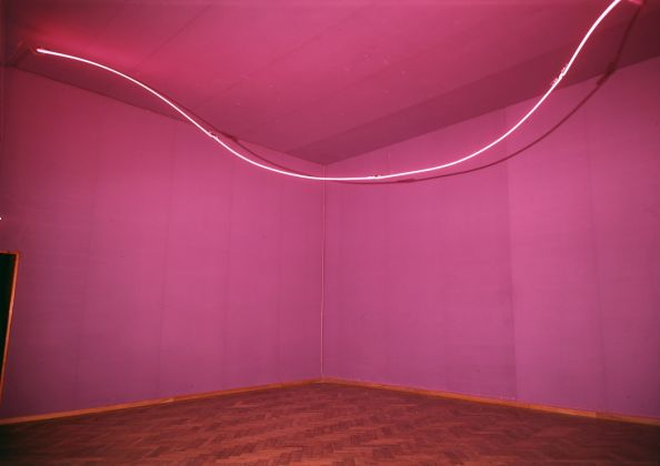 Lucio-Fontana-Ambiente-spaziale-con-neon-1967.-Tubo-di-neon-rosso-viola.-Foto-Stedelijk-Museum-Amsterdam.-©-Fondazione-Lucio-Fontana-Milano-594x420.jpg