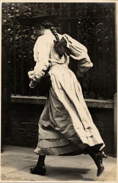 1906, Edwardian photograph, Kensington girl running.jpg