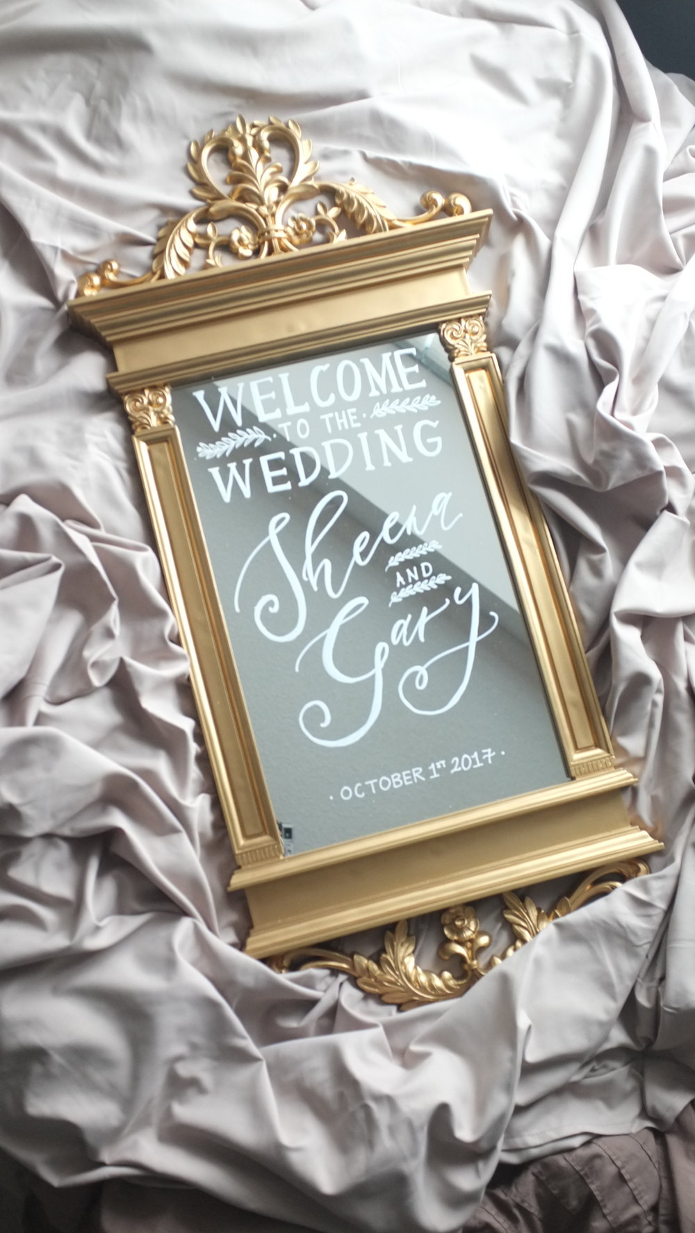 Hand calligraphed mirror welcome sign | Photography: Mandy Calligraph & Design