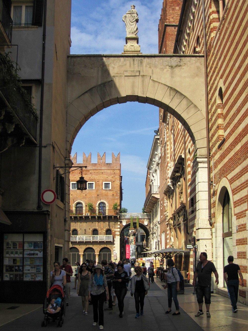 Arch and statue near Piazza delle Erbe