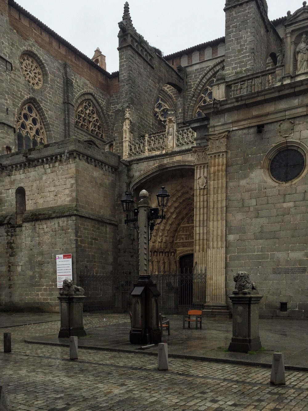Catedral de Ávila has a combination of both Romanesque and Gothic characteristics