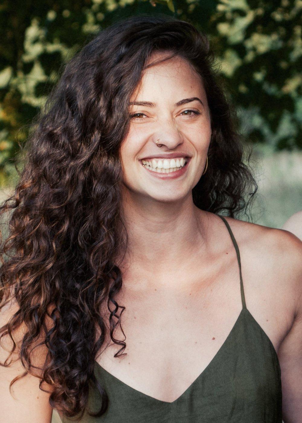 Thijsiena - Ursprünglich kommt Thijsiena auch aus Kassel, wohnt aber nun schon seit einiger Zeit im Großstadtdschungel von Berlin, wo sie Fotodesign studiert. Sie lernte Marina vor 10 Jahren kennen und seitdem verbindet sie eine enge Freundschaft. Wann immer sie es sich erlauben kann, packt sie ihren Rucksack und tingelt durch die Weltgeschichte. Dabei reist sie bevorzugt durch Südostasien. Wenn sie nicht unterwegs ist, macht sie in ihrer Freizeit leidenschaftlich gerne Sport, vor allem Kampfsport und Yoga. Am wichtigsten sind ihr aber ihre Freunde, die mit ihr gemeinsam durch dick und dünn gehen und sich mit ihr immer wieder in neue Abenteuer stürzen. Außerdem hätte sie liebend gerne selbst Katzen, nimmt aber zur Zeit mit Marinas Katzen vorlieb, die sie immer besucht, wenn sie in Kassel ist.