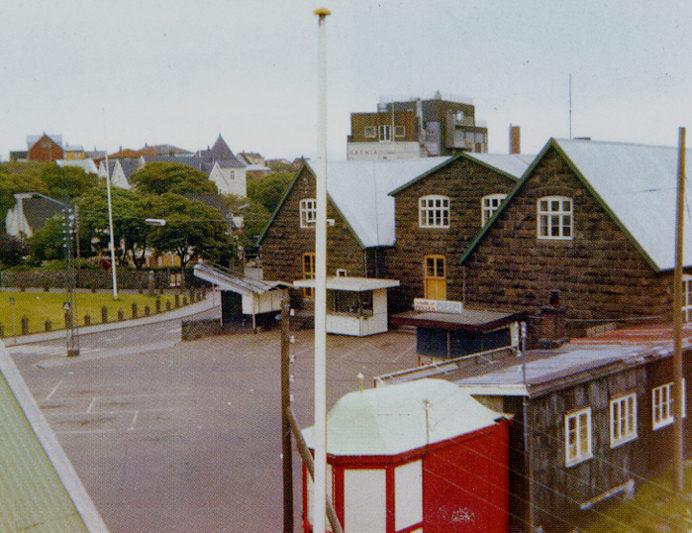 Kioskin stóð eitt skifti í kommunuskúlagarðinum, men hevur síðani 1984 staðið, har hon stendur nú. (Mynd Havnin -fólk og yrki)