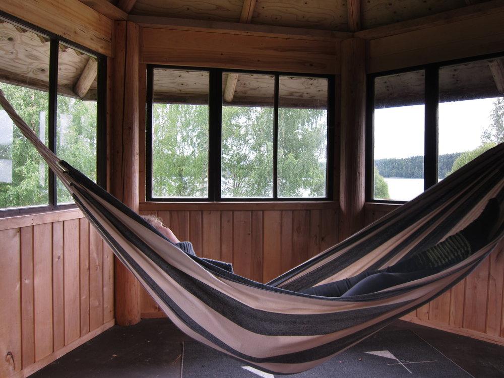 Ja kun sade ropisee ikkunaan, nauti olostasi riippukeinussa parveketornissa.