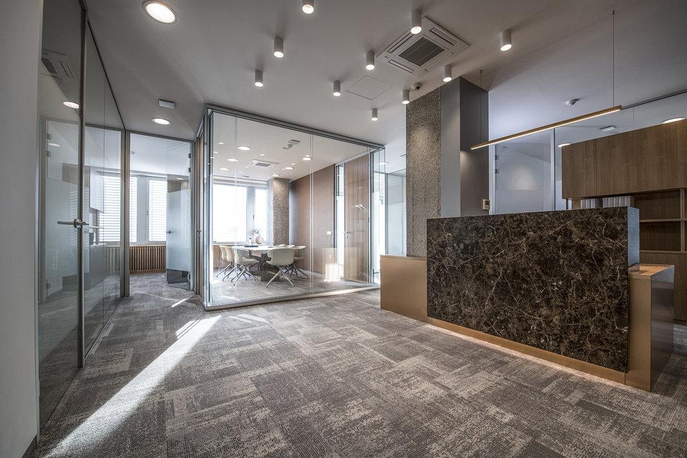 interior-Tina Rugelj_foto-Klemen Razinger_OF K_sprejemni pult-reception desk_skupni prostor-common space_08.jpg