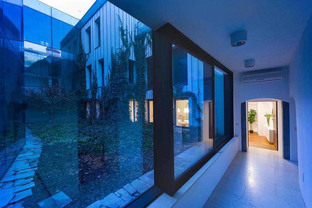 interior-Tina Rugelj_foto-Janez Marolt_AP house K_hodnik med stanovanji-hallway between apartments_12.jpg