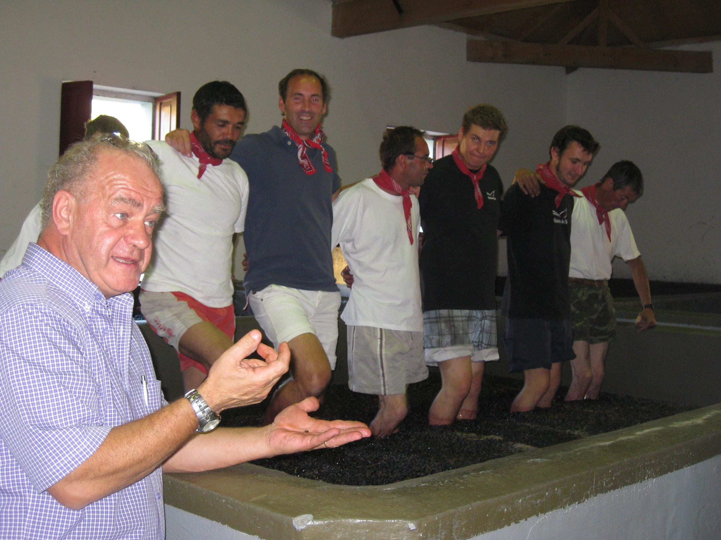 Vincent, le professeur, expliquant à nos visiteurs, pendant les vendanges, les vertus du foulage aux pieds)