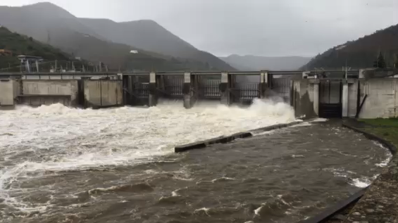 Dam releases water between Régua and Quinta do Tedo.