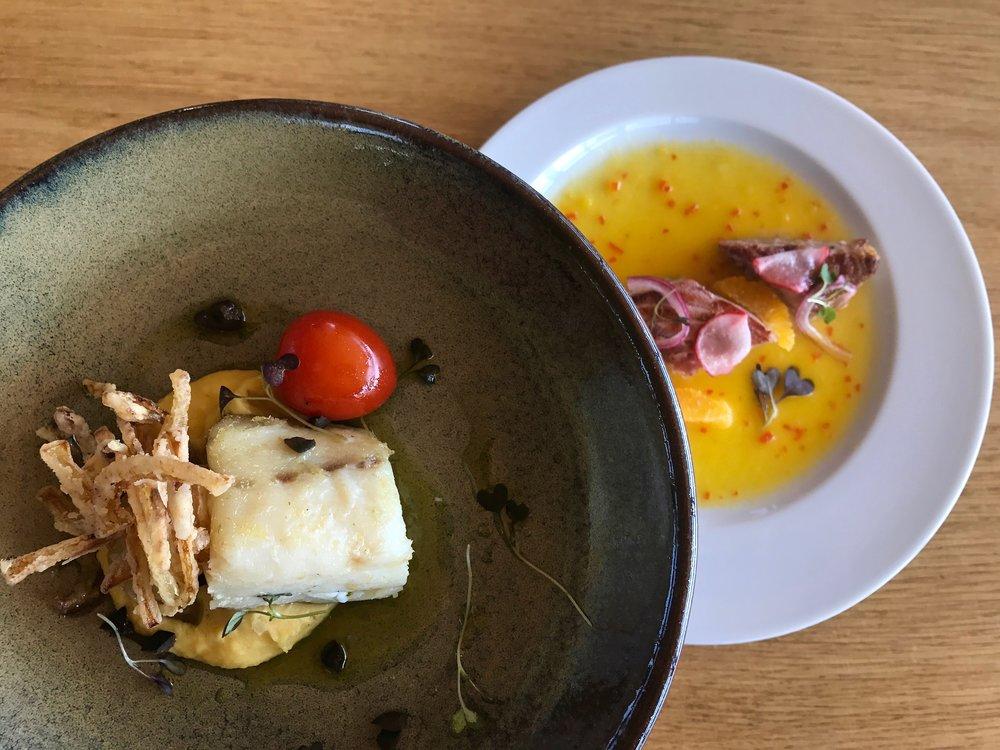 Confit de Bacalhau (morue), oignons croustillants, tapenade d'olives, purée de pois chiches (à gauche), thon poêlé, oignons au vinaigre et radis, coulis d'orange au poivre (à droite).