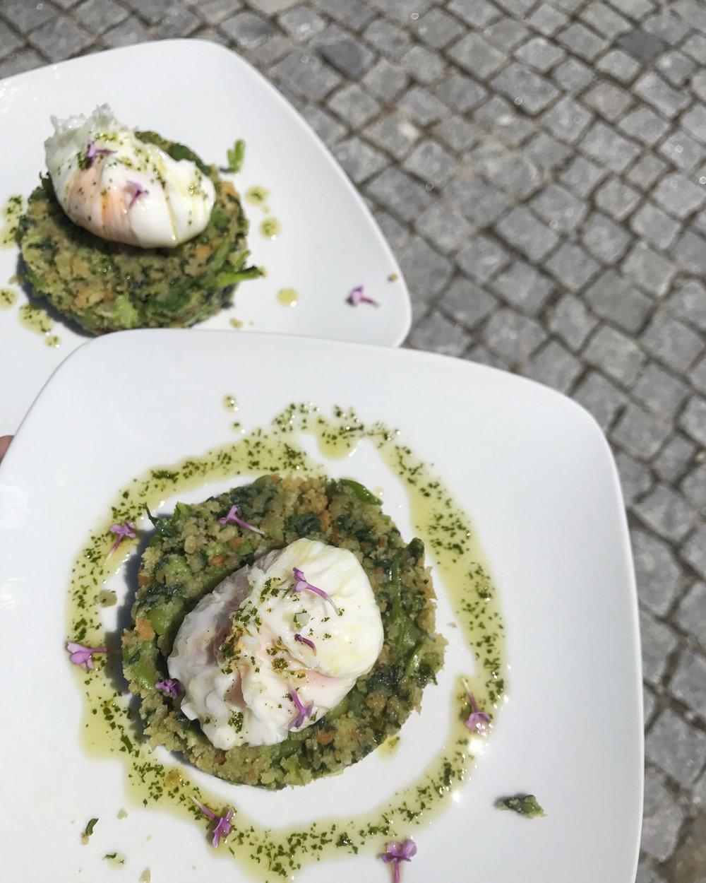 Pour les végétariens, à ce sujet, fèves-navets verts  migas , œufs légèrement pochés, huile d'olive aux herbes.