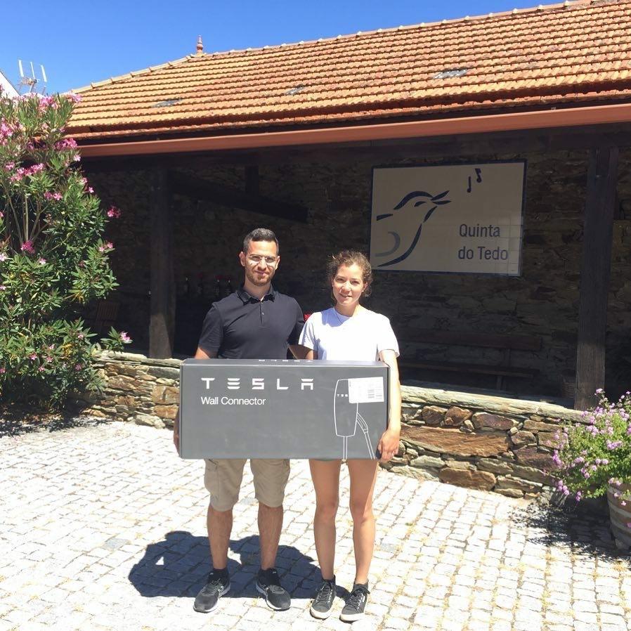 Fiers de faire partie du mouvement VE! Photo de Sérgio Costa du Portugal EV Tours et Odile lorsque notre connecteur mural Tesla est arrivé.