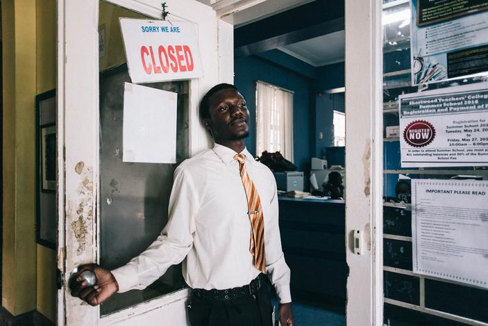 En Jamaique, le rêve de chaque parent est que son enfant puisse étudier dans une école privé. Le système éducatif jamaïcain est l'un des plus faible des Caraïbes. Thomas est en internat à l'école privé de Shortwood College. Il vient d'apprendre qu'il a validé son année. Il y poursuivra ces études.Kingston, Jamaique- 2016.©Mantovani Andrea