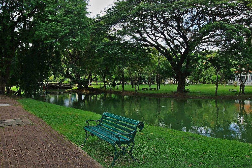 Lumpini_Park_Bangkok_bench_web.jpg
