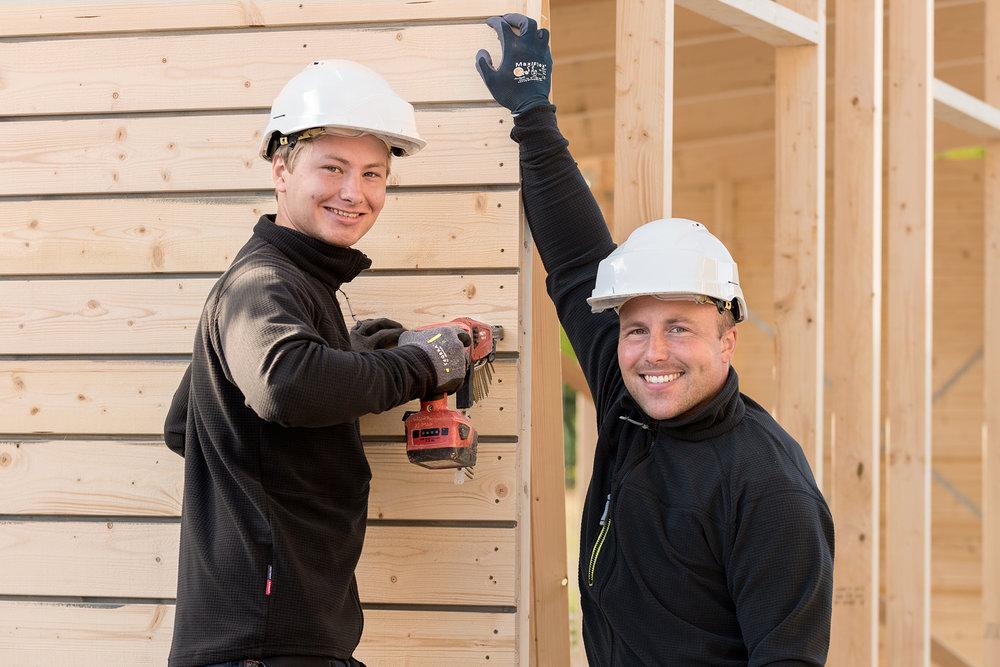 """""""Företagsspecialisten är tillgängliga och ger oss alltid snabb service. De har koll på byggbranschens normer och hänger med i den explosionsartade utvecklingen av arbets- och skyddskläder, handskar, skor, hjälmar, reflexvästar och annat vi behöver.""""  - Charlotte Magnusson, Wisab Bygg AB"""