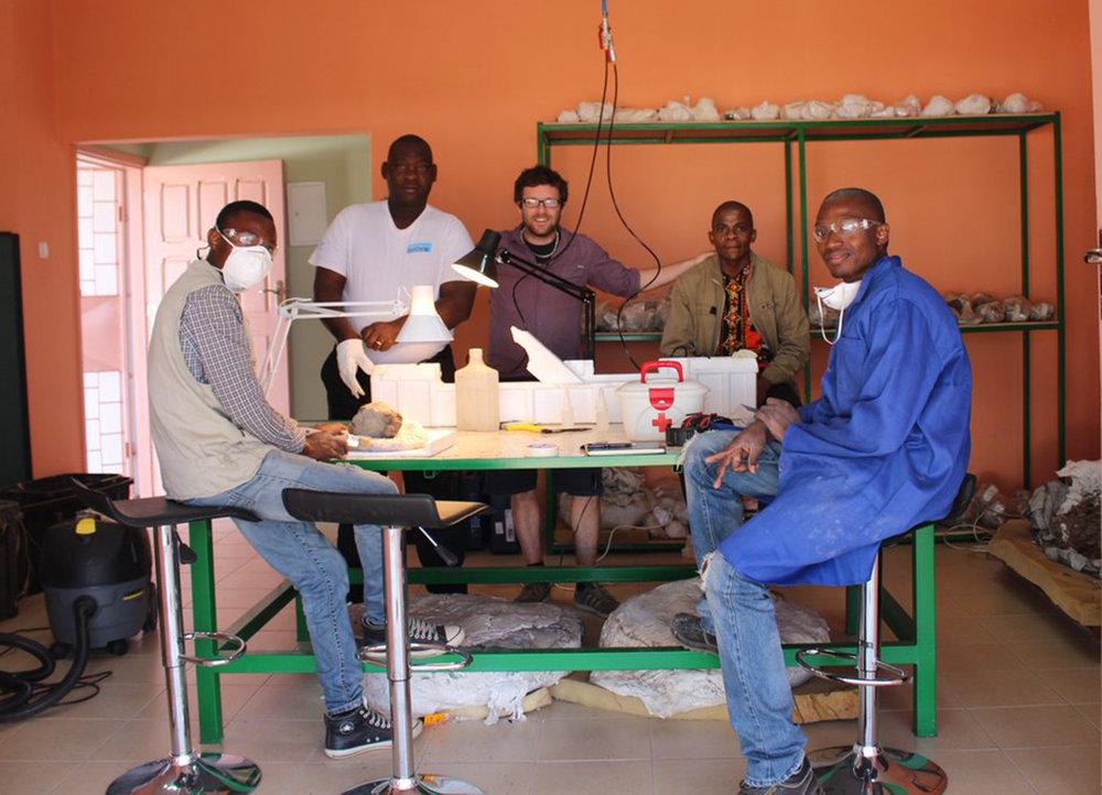 Beginning of activities at the temporary Paleontology Laboratory.From left: Zanildo Macungo, Issaia Macaneta, Ricardo Araújo, Nelson Nhamutole and Albano Nhiessengo.