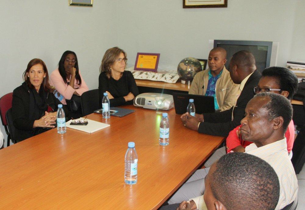 Nelson Nhamutole and Dino Milisse present the PalNiassa Project to Maria Fernando Rollo.