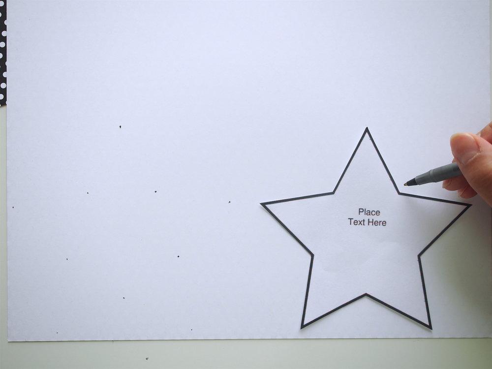 星テンプレートで、色画用紙を象り切ります。  この時、星全体の線を描かず星の内角と外角に沿って点を書いて、ハサミで点から点を切ると時間短縮できます。