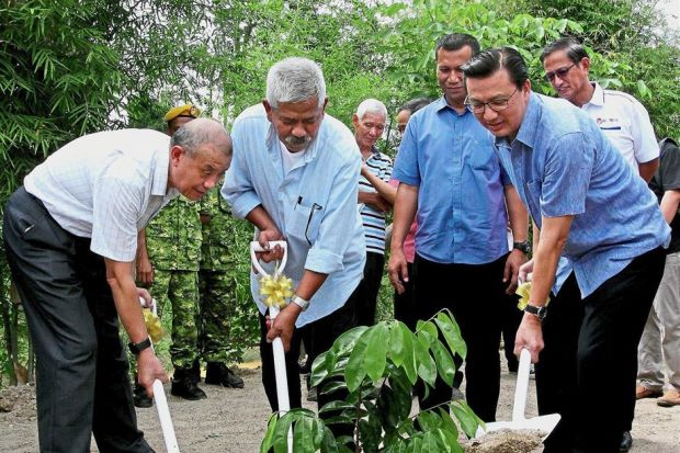 (Front row, from left) Prof Zhang, Bentong Cultural, Art and Heritage Association president Professor Datuk Dr.Mohamad Najib Ahmad Dawa and Liow planting a tree to mark the launch of the construction of a Bentong ginger processing factory.