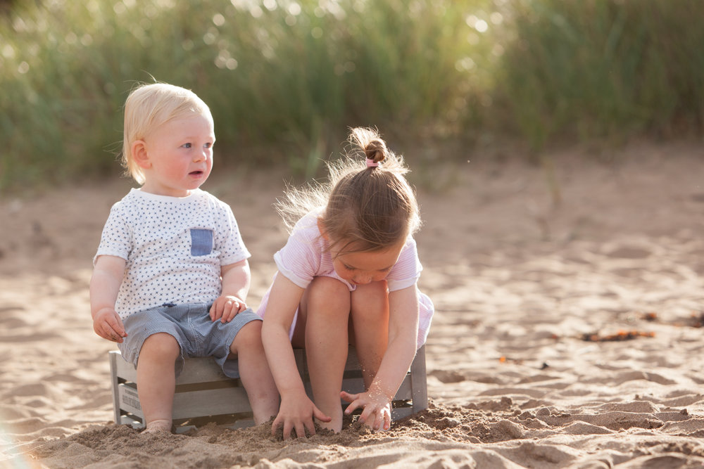 children-box-beach-family-sunlight-sand-photoshoot-photographer-coldingham-berwickshire-coast-northumberland