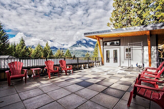 That time you are asked to fix a flat roof that is sloped the wrong way, so you rebuild the roof with a chess board and a personal workout gym on top.  The gym creates a beautiful training space overlooking the #coastal mountains. Photo credit to #jannickekitchenphotography  #timberwolfhomes #cabin #tinyhome #squamish #photooftheday #microhouse