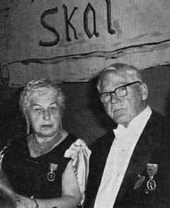 Ridderne Astri Frisak og J.G. Bøhmer i festskrud høsten 1960.