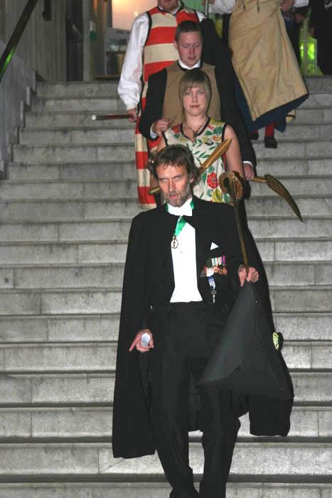 (fotograf Øyvind Tappel) Herold KHH Ivar Ekanger leder an promosjonen, fulgt av væpnerne.