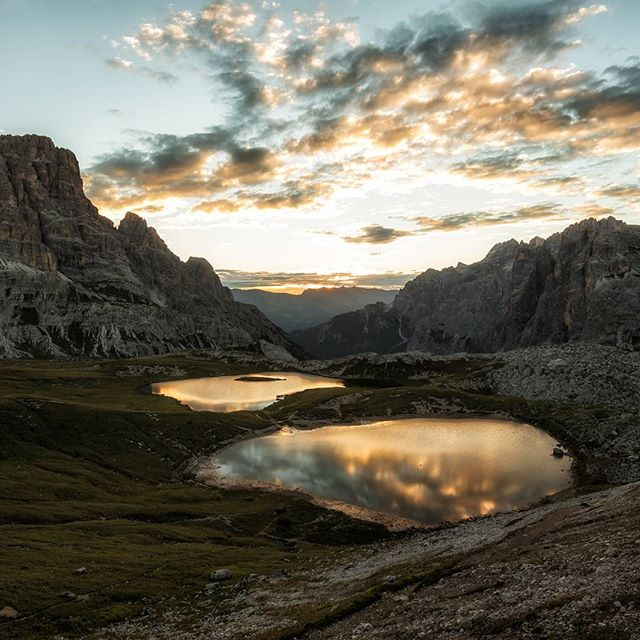 Take a breath, what a sunrise at 2500m. It was an excausting hike up to the three peaks, but totally worth the pain. 🌄📷🌎#threepeaks #dolomites #pustertal #sunrise #lake #dreizinnen #hike #travelphotographer #natgeoyourshot #sun #dreizinnenhütte #fstoppers #viewbugfeature #gurushots #light #goldenhour #photography #landscape #landscape_captures #morning #sexten #landscapephoto #outdoor #dolomiten #reflections
