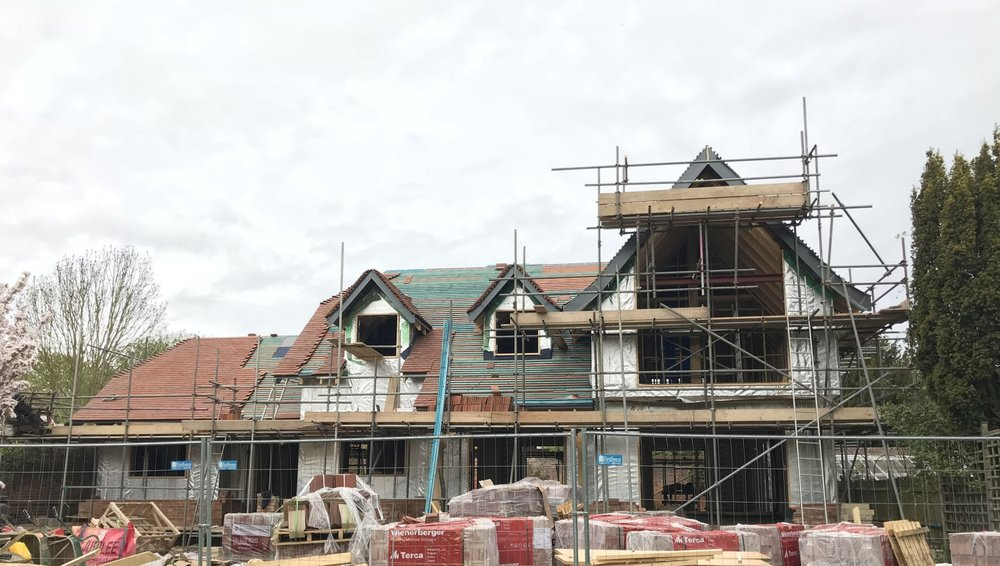 new build project - pangbourne: roof tiling has begun