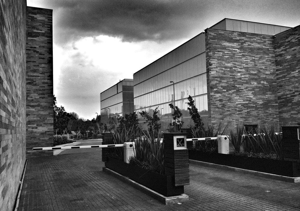 Empresalia | Querétaro PROYECTO Renta de Oficinas en el mejor Parque Corporativo del Bajío, ubicado en la Ciudad de Querétaro, único en su tipo, con edificios inteligentes y en proceso de certificación LEED, extensas áreas verdes e internet de banda ancha. Actualmente operan 10 empresas transnacionales y más de 15 Nacionales. SERVICIOS Centro Comercial, Restaurantes, Hoteles, Notarias y más