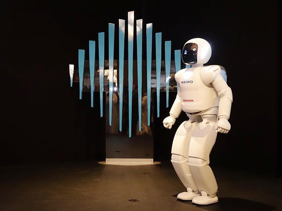 ASIMO_on_Stage_in_Dubai_914x686.jpg