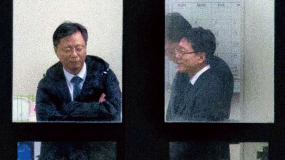 Woo Byung-woo accused of having a cozy relationship with prosecutors as their social and professional 'superior' as seen in this photograph of his visit to the prosecution in early Nov.
