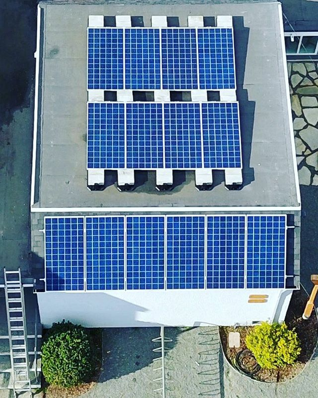 This great little 4.4kW system made perfect use of this unused small flat roof space and will help the customer reduce their hydro bills. ☀️ . . . #solar #renewableenergy #victoria #hightideenergy #greentech #gridtie #electrical