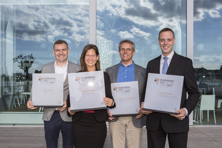 Die Gewinner der ECOTY Awards 2017 mit Dr. Markus Richter, CIO des BAMF, Sarah Flannigan, ehemalige CIO des National Trust (UK), Maciej Buba, e-commerce IT Manager, Amrest (Polen) und Ron Van Kemenade, CIO der ING Bank aus den Niederlanden.