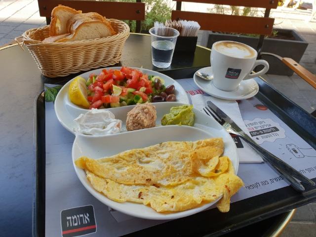 """Ein """"normales"""" israelisches Frühstück im Aroma auf der Dizengoff in Tel Aviv"""