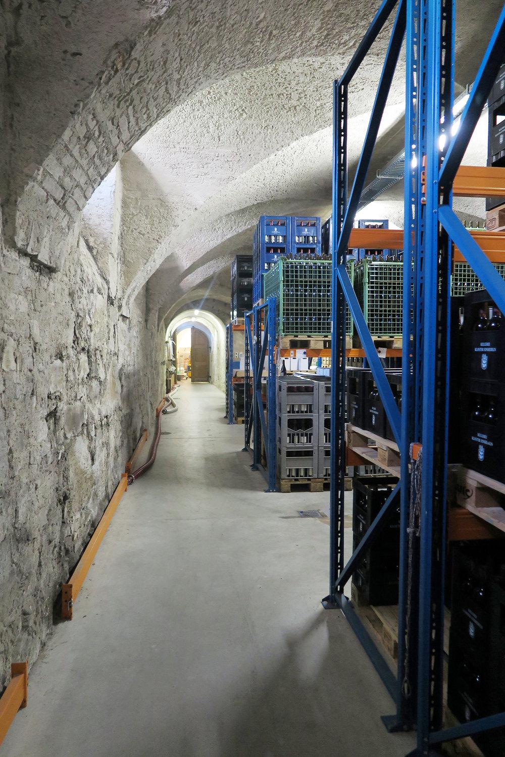 Unzählige Flaschen Wein lagern hier im Keller des Klosters Einsiedeln