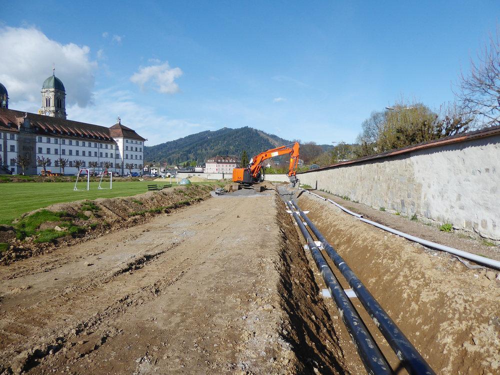 Sportplatz im April/Juni 2017: Leitungsbau entlang der Klostermauer
